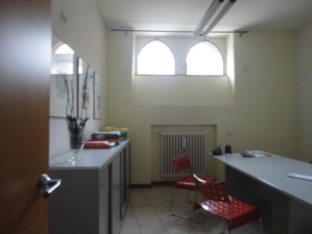 ufficio 3 locali mq. 110 arredato con vetrina fronte strada