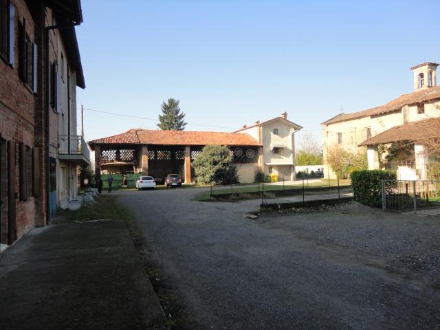Casale con portico e giardini privati autorimessa doppia for Piani casa 3 camere da letto e garage doppio