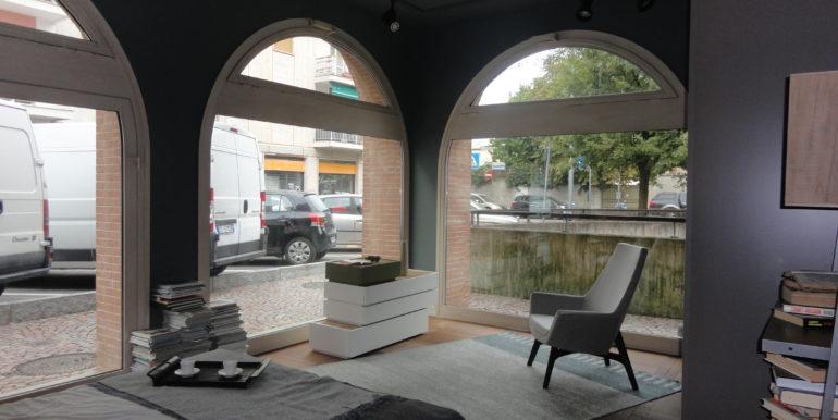 negozio vetrine fronte via borgo palazzo bergamo