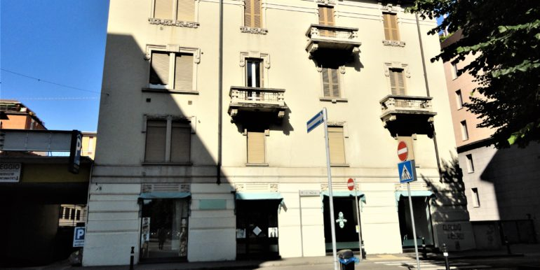 negozio vetrine fronte strada adiacenze porta nuova bergamo13