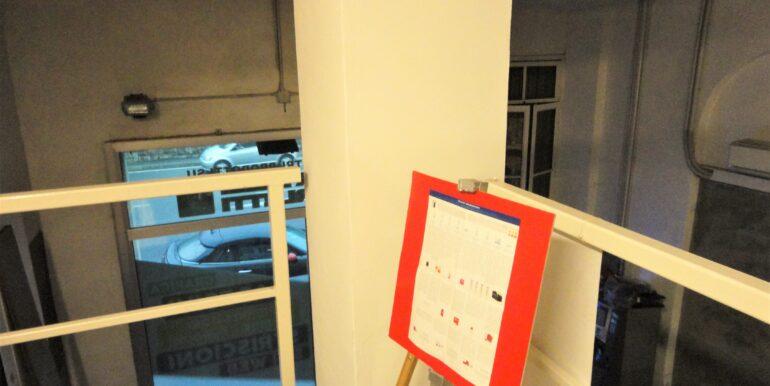 laboratorio con ampio soppalco e vetrina fronte strada bergamo